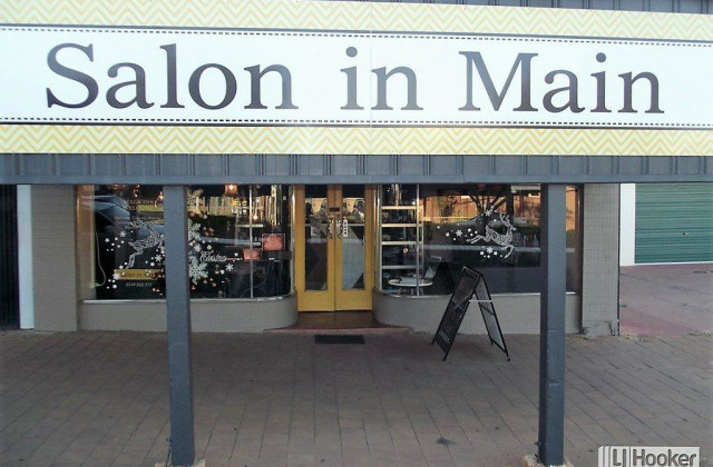 - Salon in Main , CLERMONT QLD, 4721